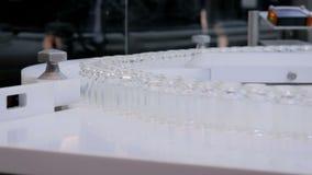配药技术概念-有空的玻璃瓶的传送带 影视素材