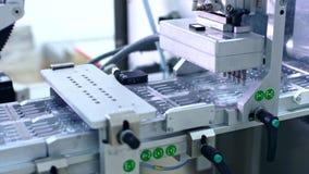配药生产机器 在包装线的医疗细颈瓶 影视素材