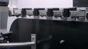 配药生产线-与空的塑料瓶的输送机系统 股票视频