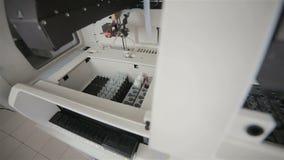 配药自动化的现代医疗设备与生物材料一起使用在现代实验室 股票录像