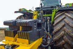 配重在一台强有力,现代拖拉机后登上了 免版税库存图片