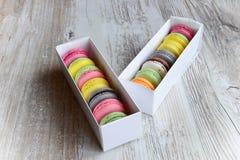配件箱五颜六色的蛋白杏仁饼干 免版税库存照片