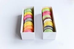 配件箱五颜六色的蛋白杏仁饼干 图库摄影
