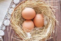 配件箱在卵黄质里面的被中断的鸡蛋鸡蛋 库存图片