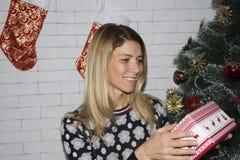 配件箱开放礼品的女孩 免版税库存图片