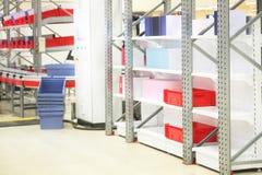 配件箱搁置某个存储的大商店 免版税库存照片
