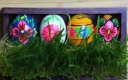 配件箱木的复活节彩蛋 绿草 免版税库存照片