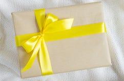 配件箱礼品查出的白色 礼物在牛皮纸和栓与丝带 免版税库存图片