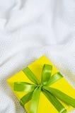 配件箱礼品查出的白色 礼物栓与在被编织的一揽子背景的丝带 库存图片
