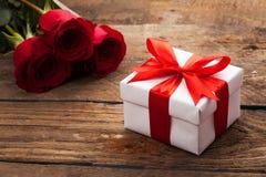 配件箱礼品红色玫瑰 库存图片