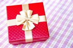 配件箱礼品金子红色丝带 免版税库存照片