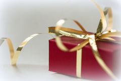 配件箱礼品金黄红色丝带 免版税图库摄影