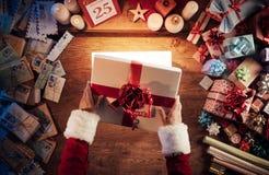 配件箱礼品opening圣诞老人夫人 图库摄影
