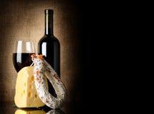 酒、干酪和蒜味咸腊肠 免版税库存照片