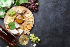 酒、葡萄、乳酪和蜂蜜 免版税库存图片