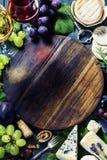 酒、葡萄和乳酪 免版税库存图片