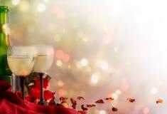 酒、酒杯和玫瑰在颜色背景 库存照片