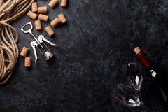 酒、玻璃和拔塞螺旋 免版税库存照片