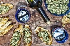 酒、crostini、多士和开胃菜帕尔马干酪和鲕梨用大蒜 carpaccio烹调非常好的食物意大利生活方式豪华 免版税库存图片