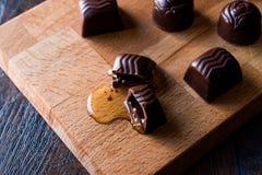 酒从木表面上的巧克力流动 免版税库存照片