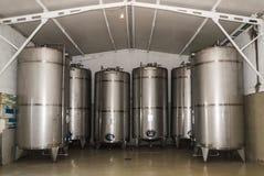 酒发酵的金属坦克在制造 免版税库存照片