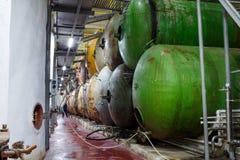 酒发酵葡萄酒酿造的大坦克 库存照片