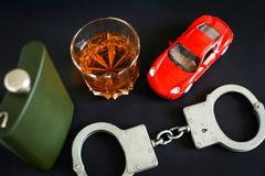 酒后驾车 酒精,汽车,手铐 免版税库存图片