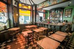 酒吧和空的桌在艺术性的咖啡馆里面与古家具在艺术Nouveau样式和彩色玻璃窗 免版税库存照片