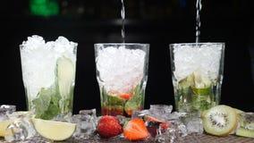 酒吧和鸡尾酒概念 侍酒者准备不同的Mojito鸡尾酒 关闭 飞溅 慢的行动 股票录像