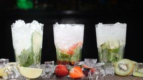 酒吧和鸡尾酒概念 侍酒者准备不同的Mojito鸡尾酒 关闭 飞溅 慢的行动 股票视频