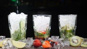 酒吧和鸡尾酒概念 侍酒者准备不同的Mojito鸡尾酒 关闭 飞溅 慢的行动 影视素材