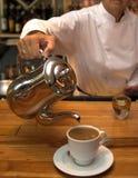 酒吧招待咖啡倾吐 免版税库存照片
