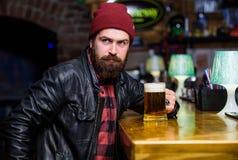 酒吧放松地方有饮料和放松 放松在酒吧的行家 有胡子的人花费在黑暗的酒吧的休闲 残酷地 免版税库存照片