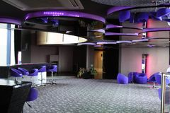 酒吧柜台 在seiling的镜子 与紫色高凳和大窗口的酒吧 免版税库存图片