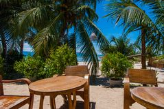 酒吧桌和椅子在海滩 免版税库存图片