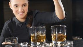 条形概念 女侍女侍应生正在准备酒精鸡尾酒,慢动冰块 友 股票录像