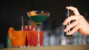 酒吧概念 年轻专业侍酒者与特别调味料盆射鸡尾酒 股票录像