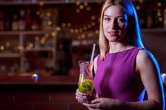 酒吧的单独妇女 库存图片