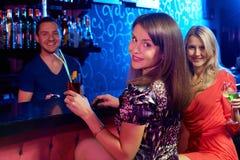 酒吧的女孩 免版税库存照片