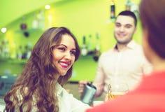 酒吧的女性朋友 免版税库存照片