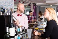 酒吧的妇女 免版税库存图片