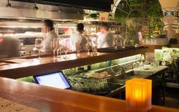 酒吧的繁忙的厨房 免版税库存图片