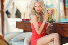 酒吧的美丽的性感的白肤金发的妇女 库存照片