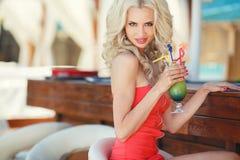 酒吧的美丽的性感的白肤金发的妇女 库存图片