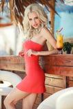 酒吧的美丽的性感的白肤金发的妇女 免版税库存照片