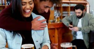 酒吧的4k人拥抱的妇女 影视素材