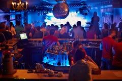 酒吧看看的人们音乐展示 免版税库存图片