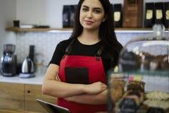 酒吧caffe可爱的女性女实业家barista所有者  免版税库存照片