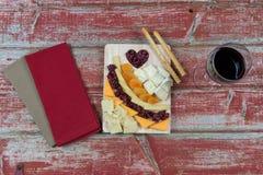 酒和乳酪topview 免版税库存图片