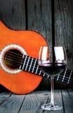 酒和吉他在一张木桌葡萄酒照片 免版税库存照片